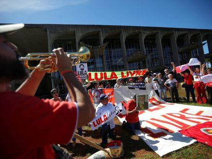 Apoiadores do ex-presidente Lula protestam nesta segunda-feira contra Sergio Moro em frente ao Ministério da Justiça, em Brasília.