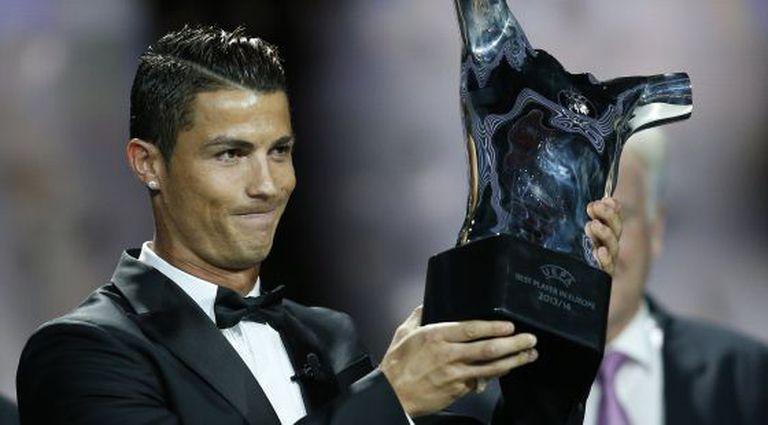 Ronaldo posa com o troféu de melhor jogador da UEFA.