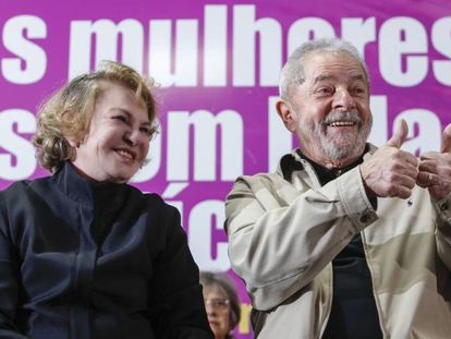 Marisa Letícia ao lado do ex-presidente Lula em evento.