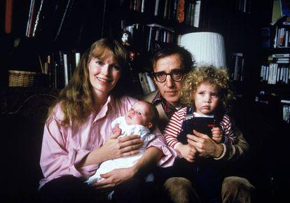 Foto familiar de Mia Farrow, Woody Allen e seus filhos Satchel (depois Ronan) e Dylan, feita no começo de 1988.