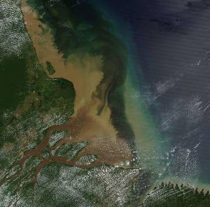 A enorme quantidade de sedimentos que o rio Amazonas descarrega no Atlântico, vista por satélite.