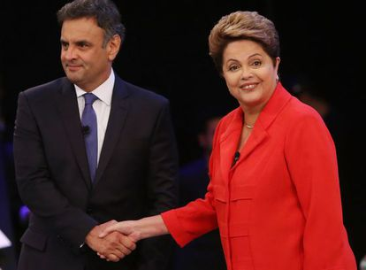 Aécio Neves e Dilma Rousseff se cumprimentam.
