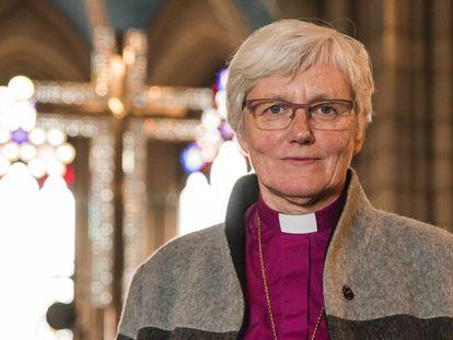 Antje Jackelén fotografada na catedral de Upsala, cidade 70 quilômetros ao norte de Estocolmo.