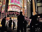 """Varios <i>yakuza</i> posan en la entrada de uno de los clubes de Kabukicho, considerado el barrio rojo más importante de Japón. """"Ahora los novatos se ensucian las manos mientras la vieja guardia cuenta los billetes""""."""