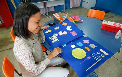 Professora Clegilda Matos prepara material de educação especial.