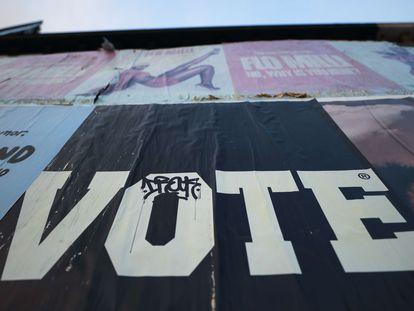 """Cartaz com os dizeres """"Vote"""" em Los Angeles, em campanha para aumentar a participação de eleitores no pleito presidencial de 3 de novembro."""