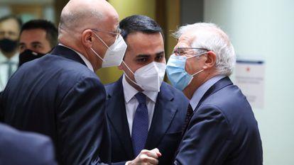 O chefe da diplomacia da UE, Josep Borrell (à dir.), com os chanceleres da Grécia, Nikos Dendias (à esq.), e da Itália, Luigi di Maio, nesta segunda-feira em Bruxelas.