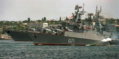 Navios de guerra russos da frota do mar Negro em 2003.