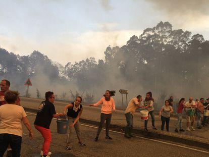 Uma corrente humana enfrenta as chamas em Pontevedra / Delmi Álvarez