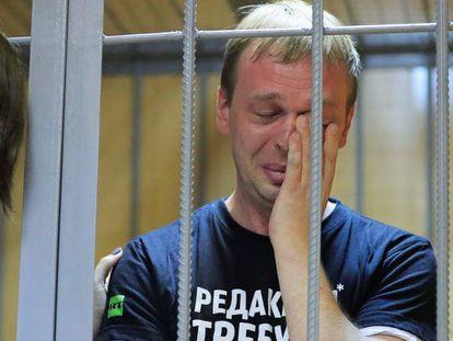 Ivan Golunov emocionado com o apoio da mídia e da população durante a audiência de sábado em Moscou.