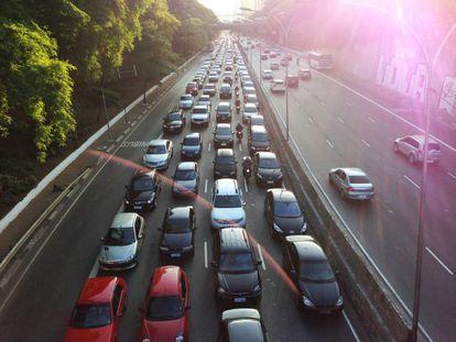 Trânsito de veículos na avenida 23 de Maio, na zona sul de São Paulo.