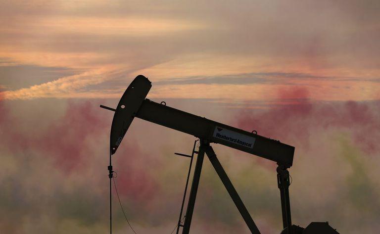 Queda do preço do petróleo ameaça provocar uma onda de quebras no setor. Na imagem, um campo de petróleo em Bahrein, no Oriente Médio.