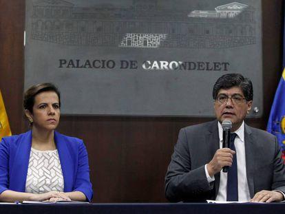 A ministra do Interior, María Paula Romo, e o ministro de Exteriores de Equador, José Valência, nesta quinta-feira em Quito.