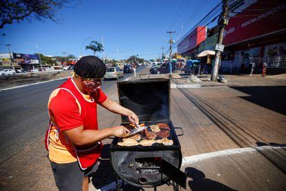 Homem vende churrasco na rua em Brasília.