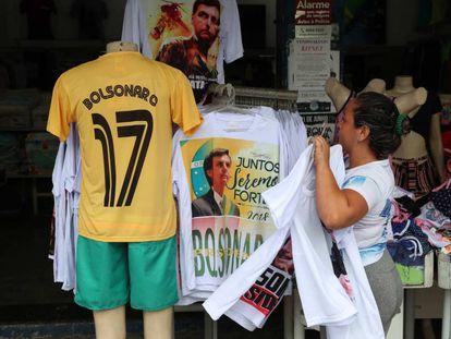 Uma loja no Rio de Janeiro vende camisetas em apoio a Jair Bolsonaro.