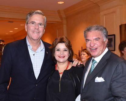 Jeb Bush (esquerda) e Alberto Cárdenas, ex-presidente do Partido Republicano na Flórida e parceiro atual de Ana Navarro (centro).