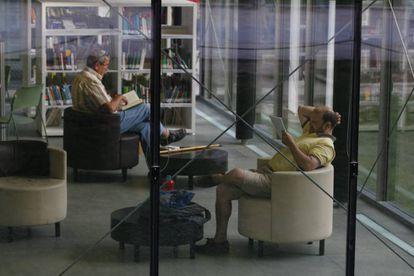 Momentos de leitura numa biblioteca pública.