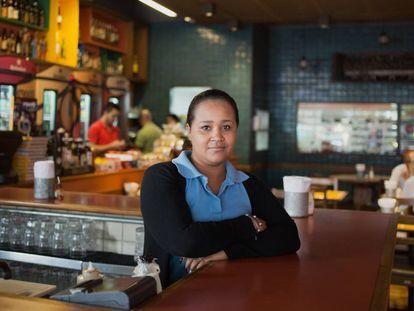 Luzineia Souza, hostess do Mocotó, na Vila Medeiros (São Paulo).