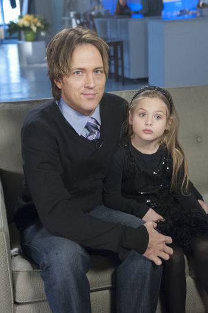 Larry Birkhead e Danielynn, filha de Anna Nicole Smith, durante uma entrevista televisiva em 2013.