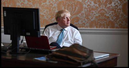 Boris Johnson prepara seu discurso antes de se reunir com a rainha Elizabeth II.