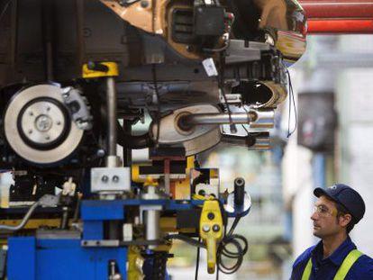 Um operário numa fábrica de automóveis de Valencia.