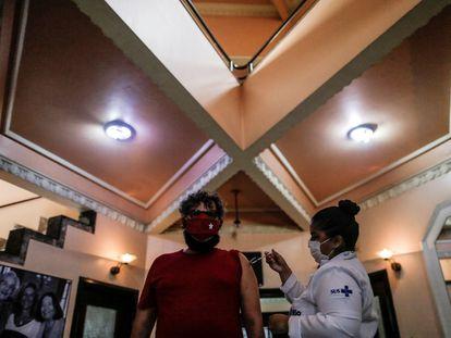 Aplicação de uma dose da vacina Pfizer no Teatro Carlos Gomes, em centro do Rio, em 13 de junho passado.