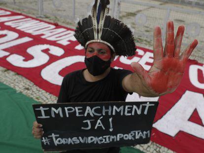 Manifestante protesta contra o presidente Jair Bolsonaro na frente do Planalto, no último sábado.