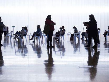 Várias pessoas são vacinadas nesta quarta-feira no Palácio de Exposições e Congressos de Santander.