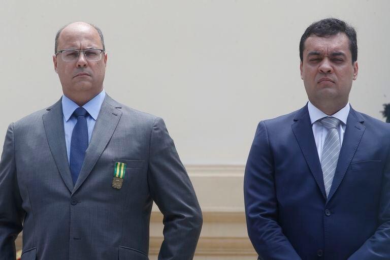 O governador interino Cláudio Castro, à direita, ao lado do afastado Wilson Witzel, no Palácio Guanabara em Laranjeiras, no Rio de Janeiro.
