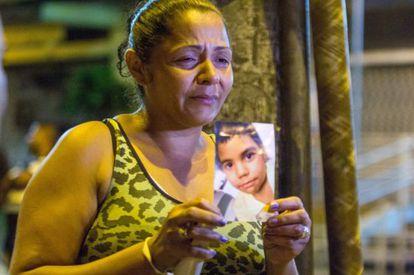 A mãe de Eduardo Jesus Ferreira com uma foto do seu filho.