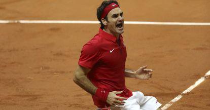 Federer festeja o ponto decisivo na Copa Davis.