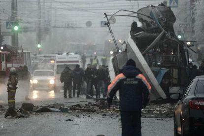 Os serviços de emergência cercam o trólebus atacado em Volgogrado.