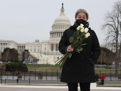 Azhenedt Sanabria leva flores para colocar no chão próximo ao Capitólio para prestar homenagem ao agente morto no ataque.