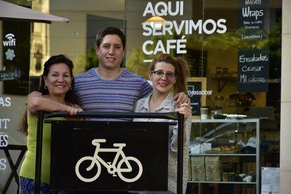 Da esq. para a dir: Carmen, Carlos e Fernanda no café que abriram em 2016 em Villa Ortúzar