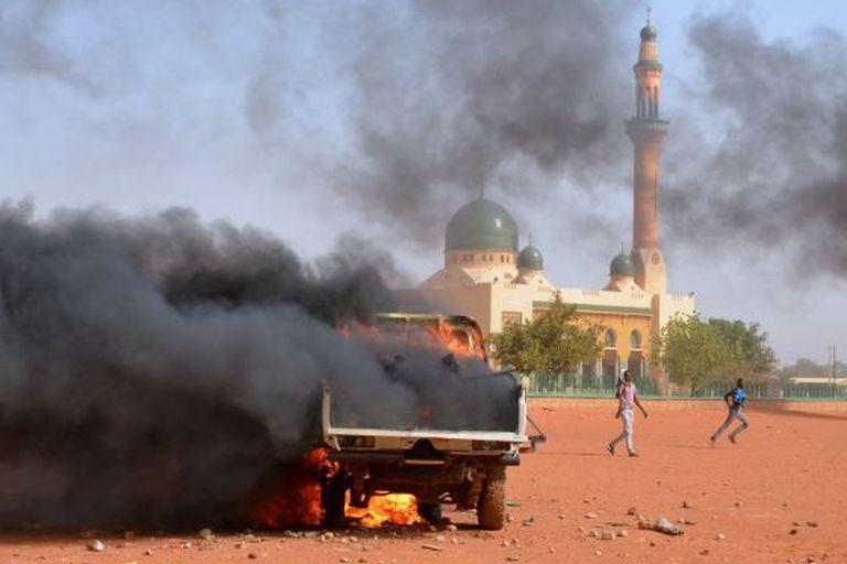 Protestos em frente a grande mesquita de Niamey.