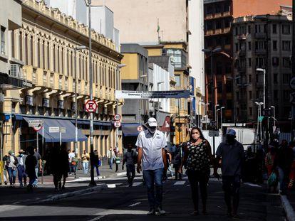 Em São Paulo, várias pessoas caminham pelas ruas em 1 de junho, primeiro dia da flexibilização da quarentena promovida pelo governador Doria.