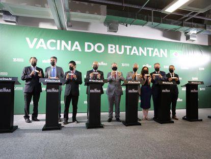 Autoridades de Saúde do Governo de São Paulo e cientistas acompanham o presidente do Butantan, Dimas Covas, durante anúncio de dados da Coronavac.