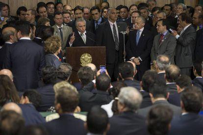 Michel Temer, rodeado de ministros e políticos, ao tomar posse como presidente interino no dia 12 de maio, em Brasília.