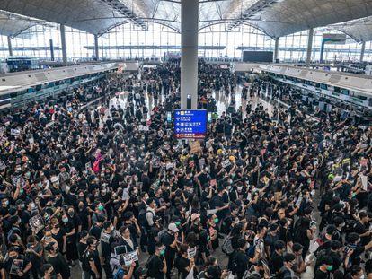 A manifestação no aeroporto de Hong Kong provocou o cancelamento de todos os voos.