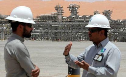 Dois funcionários da Aramco nas instalações de Shaybah (Arábia Saudita).