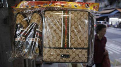 Algumas imitações das bolsas e sapatos Gucci, feitas de papel.