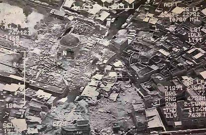 Imagem de satélite distribuída pelo exército iraquiano que mostra a total destruição da mesquita.
