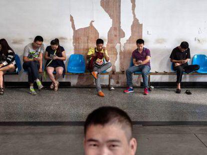 Chineses esperam em um centro de busca de emprego.