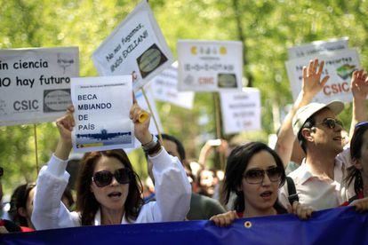 Cientistas numa manifestação contra os cortes na ciência, em 2013.