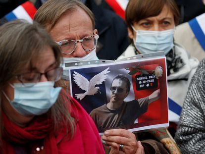 Manifestante mostra uma foto do professor Samuel Paty, no protesto deste domingo em Lille.