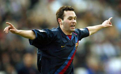 Iniesta comemora um gol em 2004.