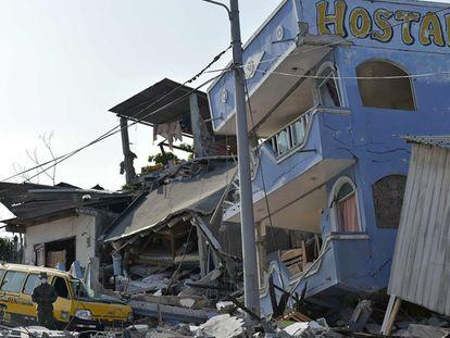 Escombros na cidade de Pedernales depois do primeiro tremor.