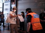 """AME8531. BUENOS AIRES (ARGENTINA), 27/03/2020.- Un hombre le muestra a la policía un certificado para poder circular libremente en la Estación Ferroviaria de Constitución, este viernes, en la ciudad de Buenos Aires (Argentina). Argentina cumplió este viernes una semana de """"aislamiento social, preventivo y obligatorio"""", una jornada en la que también ha entrado en vigor un decreto que amplía el cierre total de las fronteras del país hasta el próximo 31 de marzo. De hecho, ese mismo 31 de marzo era la fecha fijada por el Gobierno argentino para poner fin a las medidas de cuarentena, que evalúa prorrogar después de que el número de contagiados haya trepado este jueves hasta los 589, cuatro veces más que el mismo día de la semana anterior. EFE/ Juan Ignacio Roncoroni"""