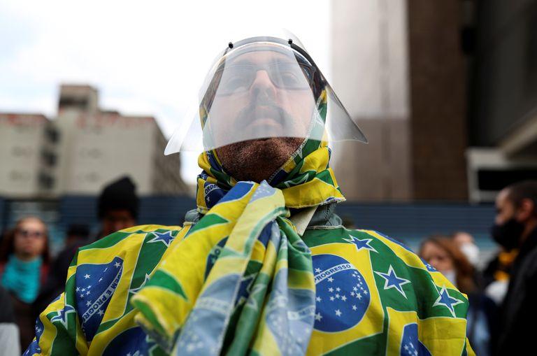 Apoiador de Bolsonaro participa de protesto contra a quarentena em São Paulo neste domingo.