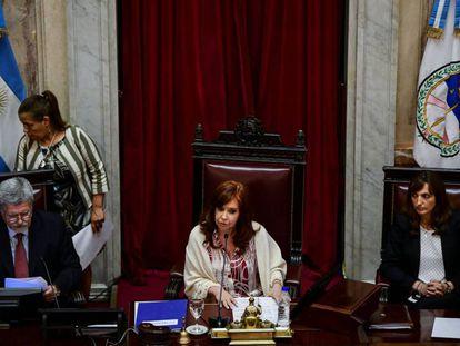 A ex-presidenta e senadora Cristina Kirchner à frente da sessão da Câmara Alta que aprovou a lei de emergência econômica.